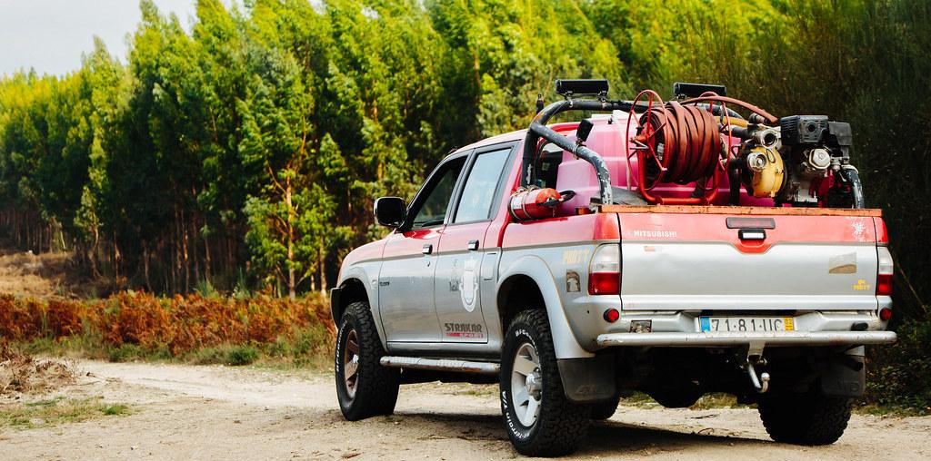 Carro a fazer patrulha para defesa da floresta contra os incêndios