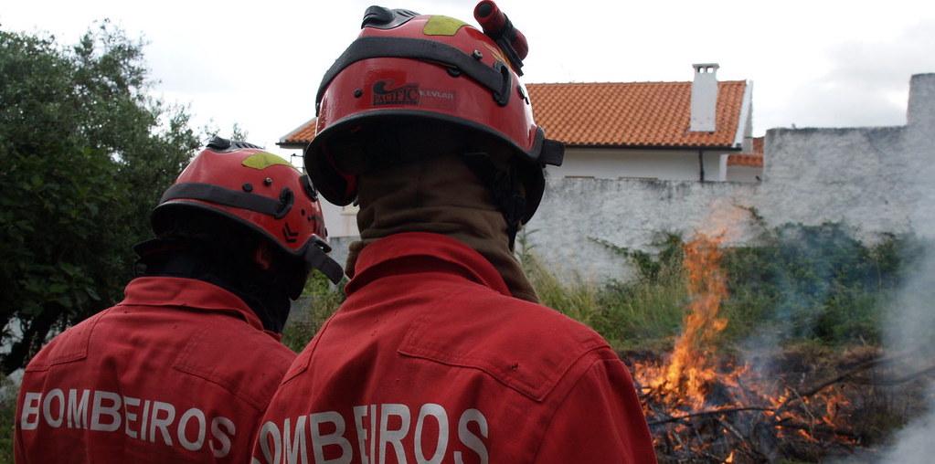 dois bombeiros numa queimada