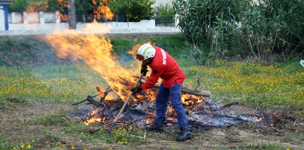 bombeiro a fazer uma queimada