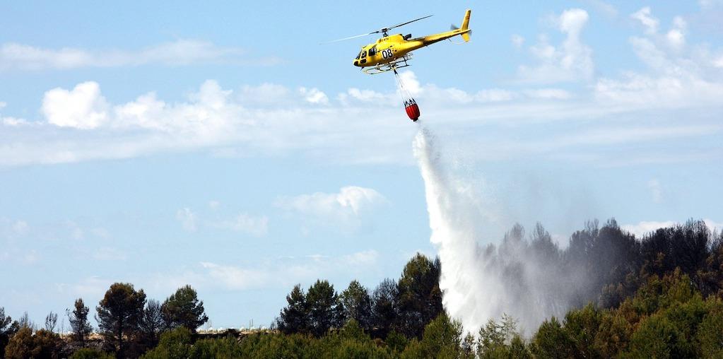 helicoptero a sobrevoar floresta