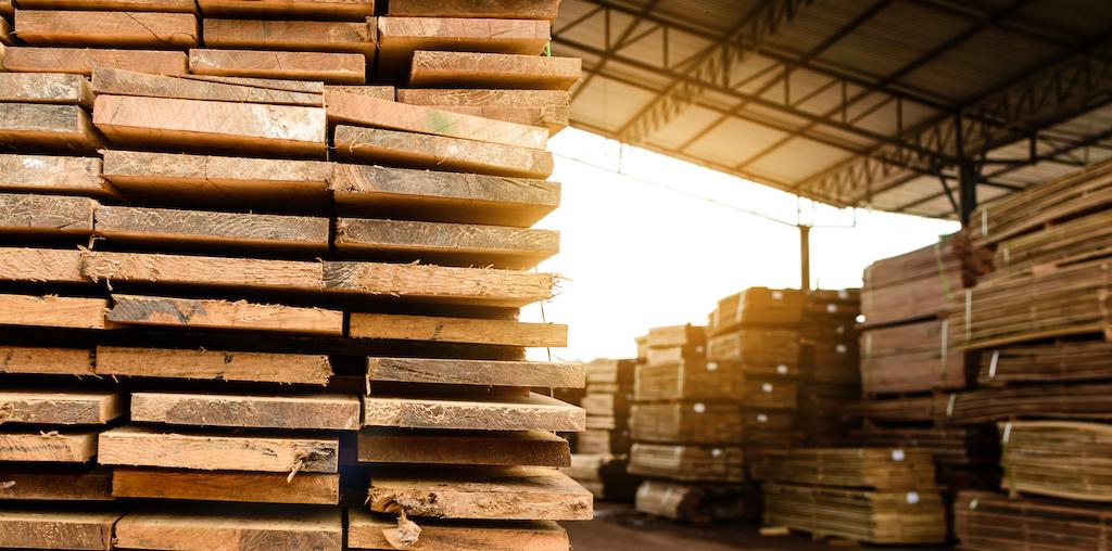 placas de madeira empilhadas