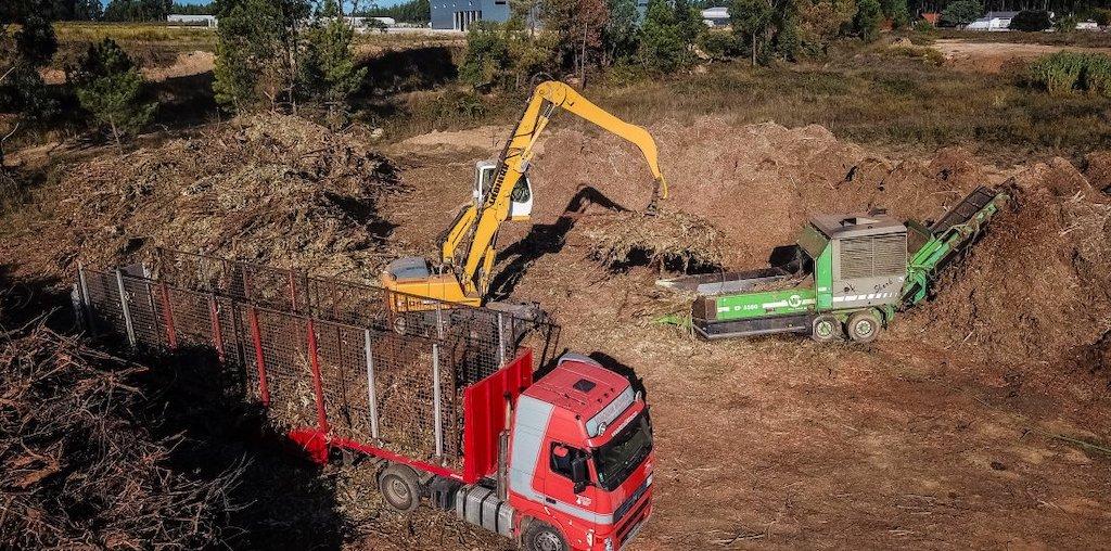 máquinas a trabalhar na floresta